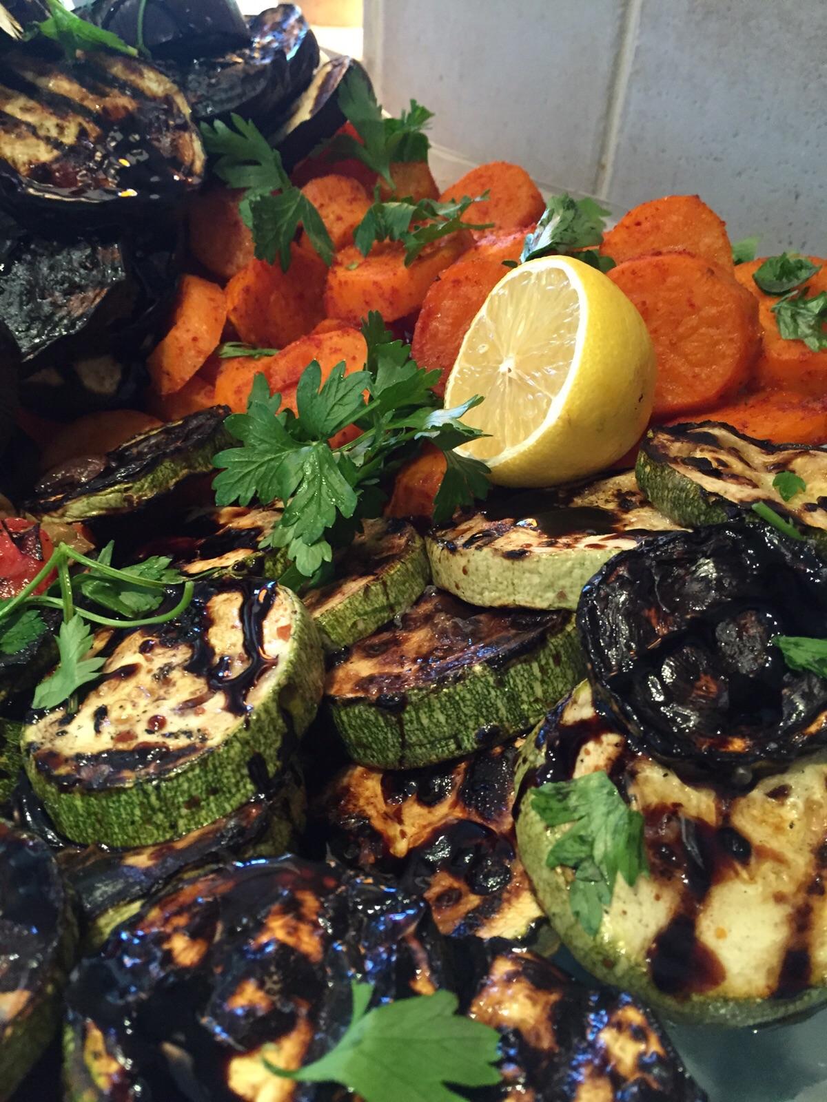 ירקות קלויים וביצה קשה