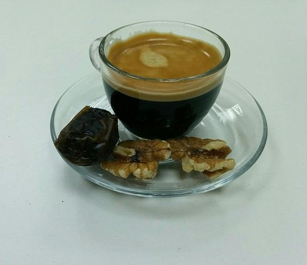 מנשנשים תמרים ליד הקפה