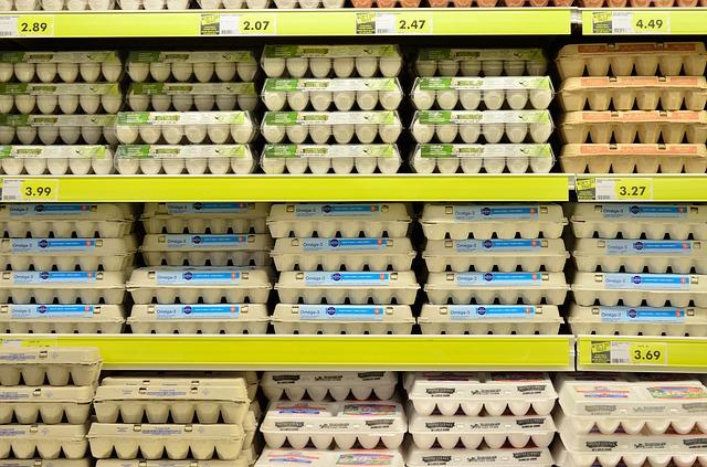 מדף ביצים בסופרמרקט. בחרו את הביצים האיכותיות ביותר שתוכלו להרשות לעצמכם