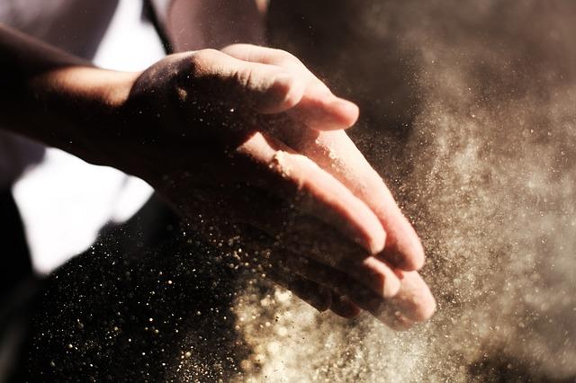 קמח בידיים