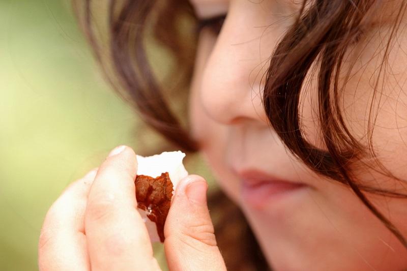 ילדה אוכלת אגוז