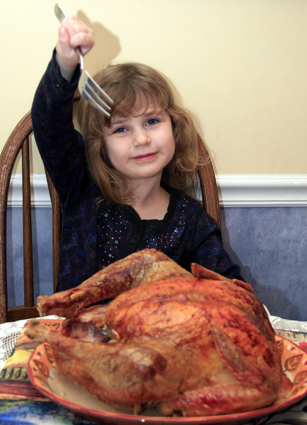 ילדה אוכלת עוף שלם