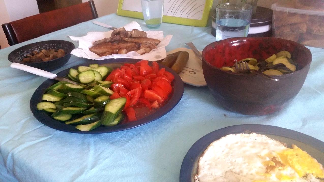 ארוחה של חביתה וסלט