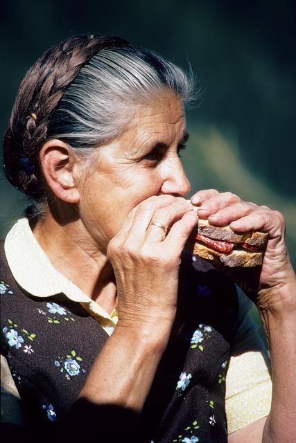 זקנת השבט אוכלת כריך