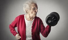 אישה מבוגרת מרימה משקולות