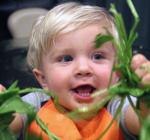ילד עם אוכל