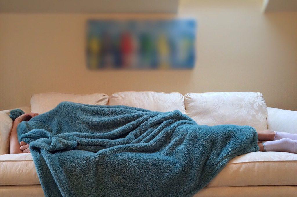 שינה על הספה